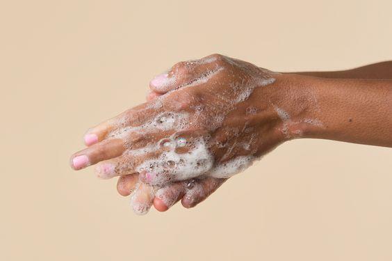 【消毒搓手液會損害鑽戒?】防疫清潔必讀!7個必須脫下婚戒的時刻